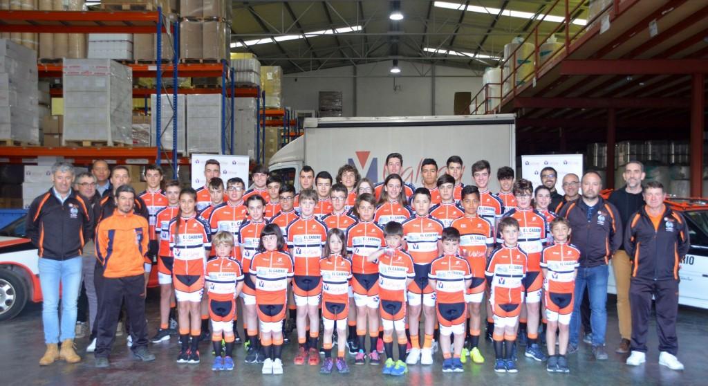 Equipo ciclista completo VALSAY - EL CASERIO en las instalaciones de Valsay Sistemas de Embalaje S L